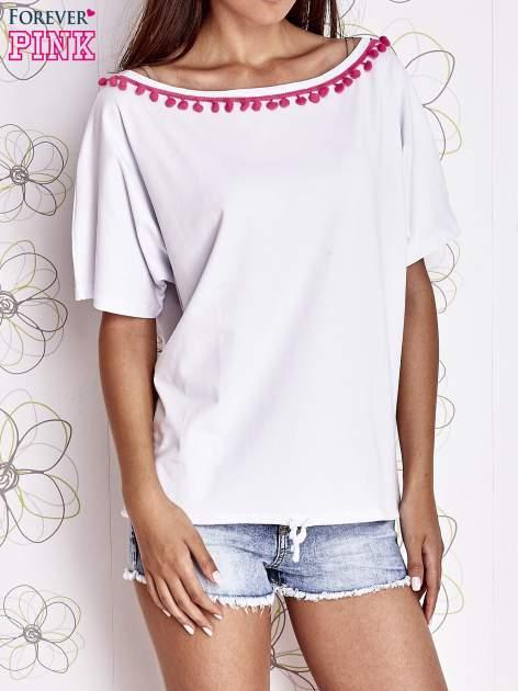 Biały t-shirt z różowymi pomponikami przy dekolcie