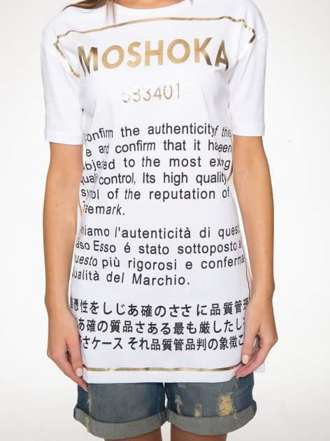 Biały t-shirt z tekstowym nadrukiem i znakami chińskimi                                  zdj.                                  7