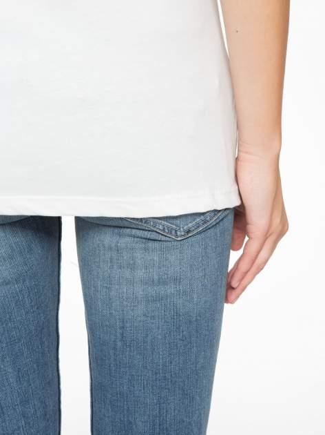 Biały t-shirt z tiulowo-panterkową wstawką przy ramionach                                  zdj.                                  8