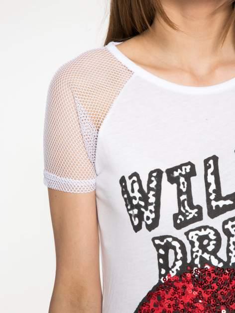 Biały t-shirt z ustami z cekinów i rękawami z siateczki                                  zdj.                                  5