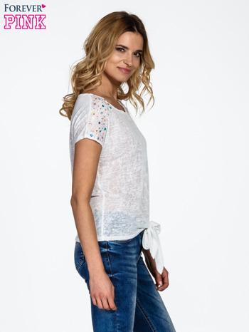 Biały t-shirt z węzłem zdobiony kryształkami                                  zdj.                                  3