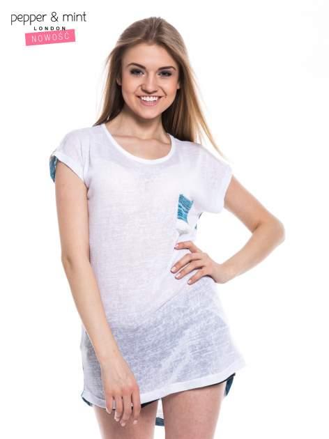 Biały t-shirt z wydłużanym tyłem w niebieskie paski                                  zdj.                                  1