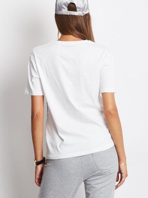 Biały t-shirt z wyszywanym napisem                              zdj.                              3