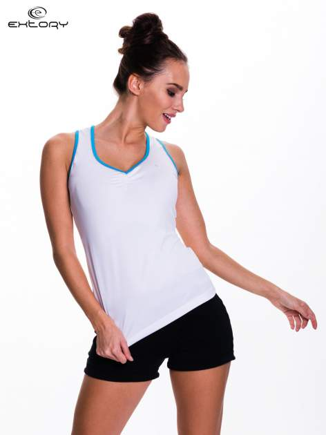 Biały top sportowy V-neck z niebieską lamówką