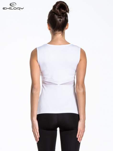 Biały top sportowy z czerwonym printem                                  zdj.                                  4