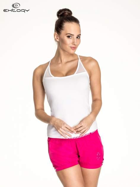 Biały top sportowy z siateczką i ramiączkami w kształcie litery T na plecach