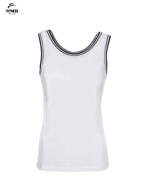 Biały top z kontrastową lamówką w stylu tenis chic                                  zdj.                                  2