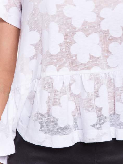Biały transparentny t-shirt w kwiaty z baskinką                                  zdj.                                  4