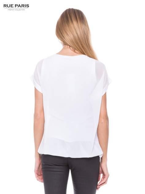 Biały zwiewny t-shirt z plisami na dekolcie                                  zdj.                                  3