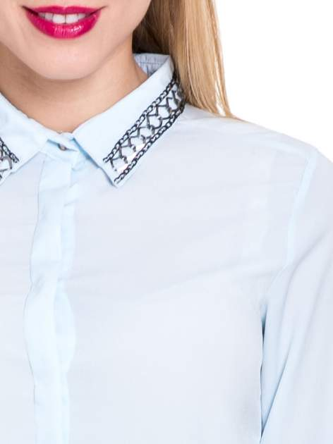 Błękitna elegancka koszula z łańcuszkami na kołnierzyku                                  zdj.                                  7