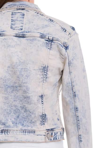 Błękitna kurtka jeansowa damska z marmurkowego denimu                                  zdj.                                  7