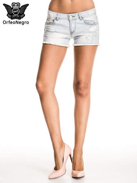 Błękitne jeansowe szorty z przetartą i postrzępioną nogawką                                  zdj.                                  2
