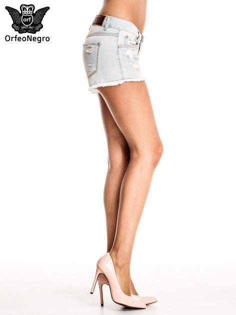 Błękitne jeansowe szorty z przetartą i postrzępioną nogawką                                  zdj.                                  4