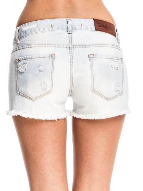 Błękitne jeansowe szorty z przetartą i postrzępioną nogawką                                  zdj.                                  6