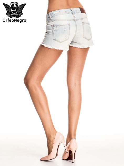 Błękitne jeansowe szorty z przetartą i postrzępioną nogawką                                  zdj.                                  5