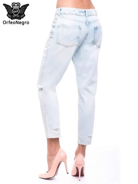 Błękitne spodnie girlfriend jeans z dziurami                                  zdj.                                  2