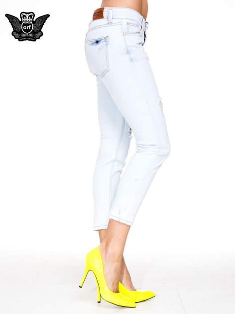 Błękitne spodnie skinny jeans z rozdarciem na udzie                                  zdj.                                  3