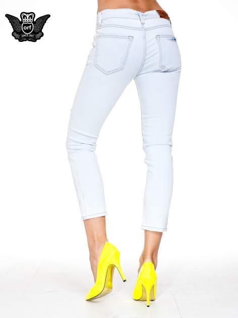 Błękitne spodnie skinny jeans z rozdarciem na udzie                                  zdj.                                  5