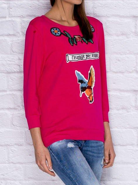 Bluza z kolorowymi naszywkami i napisem różowa                              zdj.                              3