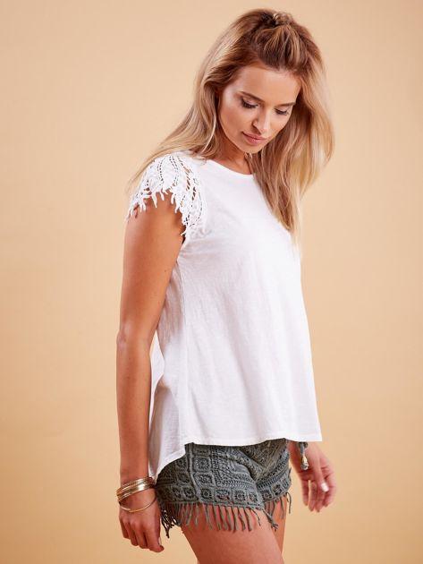 Bluzka biała z koronkowymi rękawami                              zdj.                              3