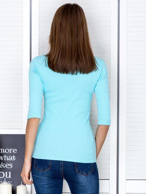Bluzka jasnoniebieska z wycięciem na dekolcie                              zdj.                              2