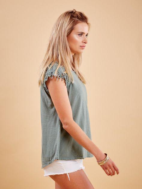Bluzka khaki z koronkowymi rękawami                              zdj.                              3
