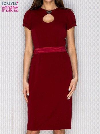 Bordowa sukienka koktajlowa z ozdobną broszką                              zdj.                              1