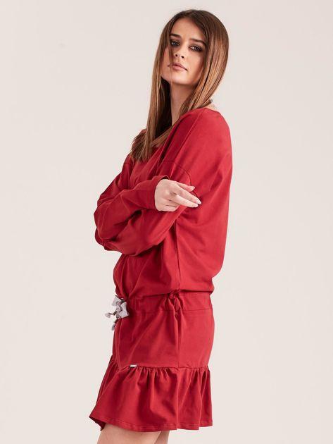 Bordowa sukienka oversize z falbaną                              zdj.                              3