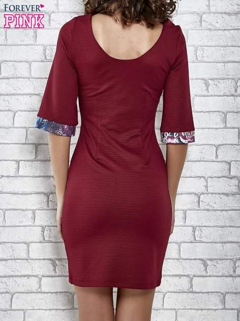 Bordowa sukienka z kwiatową aplikacją                                   zdj.                                  2