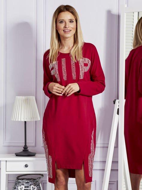 Bordowa sukienka z perełkami i dżetami                                  zdj.                                  1