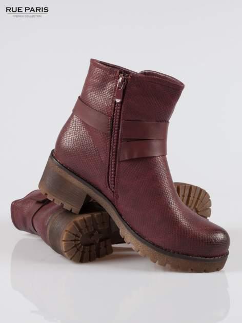 Bordowe tłoczone botki biker boots z klamrami                                  zdj.                                  4