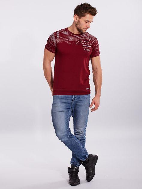Bordowy bawełniany męski t-shirt z nadrukiem                              zdj.                              4