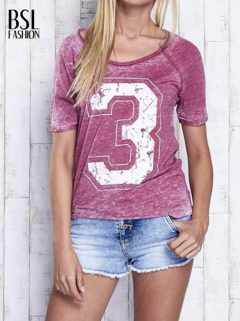 Bordowy dekatyzowany t-shirt z cyfrą 3                                  zdj.                                  1