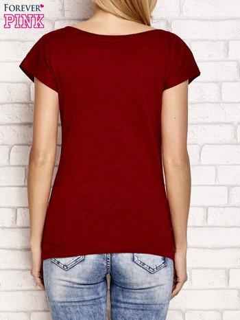Bordowy t-shirt z napisem LET ME LIVE LIKE AN OUTSIDER                                  zdj.                                  2