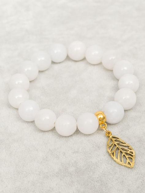 Bransoletka damska jasnoszara z perełkami i złotą zawieszką w postaci ażurowago listka                              zdj.                              1