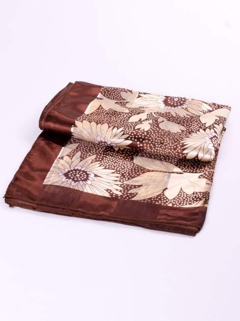 Brązowa chusta apaszka w kropki z nadrukiem kwiatów                                  zdj.                                  3