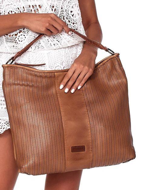 Brązowa duża torba z ażurowaniem i odpinanym paskiem                              zdj.                              2