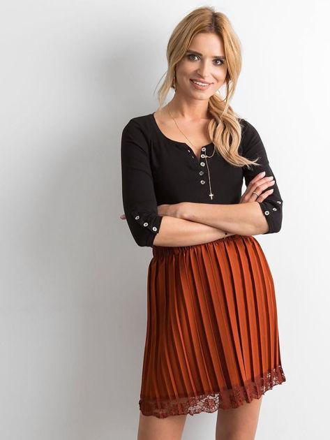 Brązowa plisowana spódnica z koronką