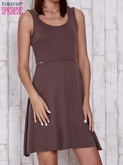 Brązowa rozkloszowana sukienka z suwakami w talii                                  zdj.                                  1