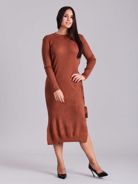 Brązowa sukienka dzianinowa z bocznym sznurowaniem                              zdj.                              4