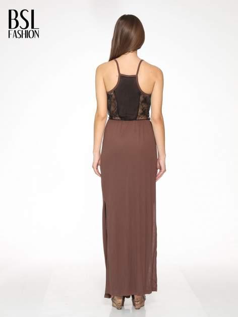 Brązowa sukienka maxi na ramiączkach z koronkowym tyłem                                  zdj.                                  4
