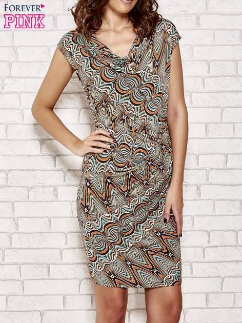 Brązowa sukienka w etniczne wzory
