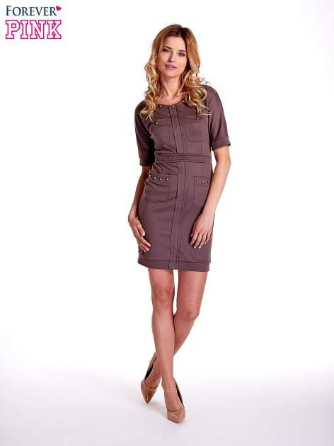 Brązowa sukienka z aplikacją na kieszeniach                                  zdj.                                  7