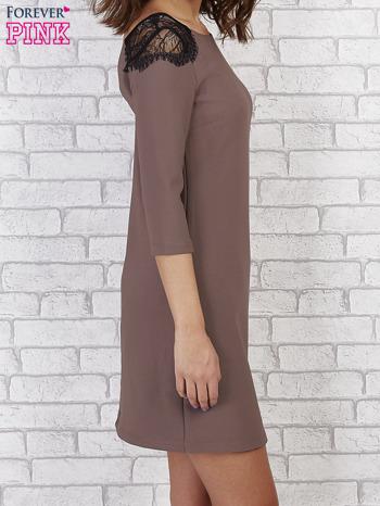 Brązowa sukienka z trójkątnym dekoltem na plecach                                  zdj.                                  2
