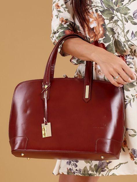 Brązowa torba skórzana z zawieszką                              zdj.                              1