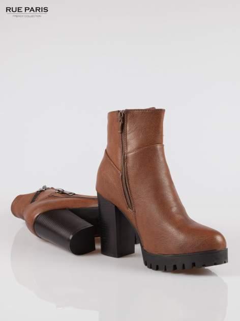 Brązowe botki na słupku z zamkami w stylu biker boots                                  zdj.                                  4