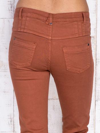 Brązowe jeansowe spodnie skinny z wysokim stanem                                  zdj.                                  5