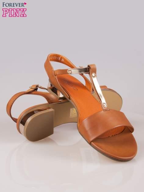 Brązowe sandały t-bary ze złotym paskiem i obcasem                                  zdj.                                  4