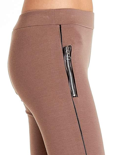 Brązowe spodnie materiałowe tregginsy ze skórzanym lampasem i zamkami                                  zdj.                                  6