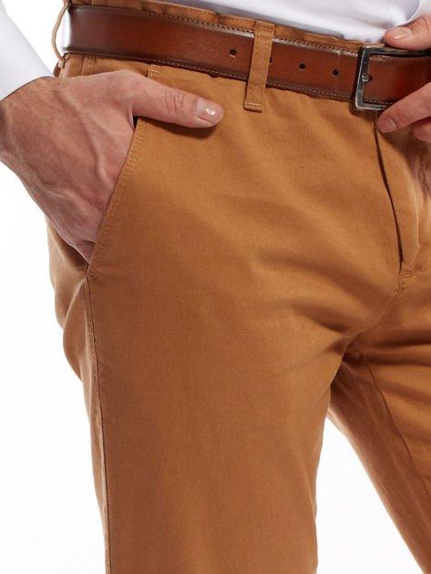 Brązowe spodnie męskie chinosy o prostym kroju                                  zdj.                                  9